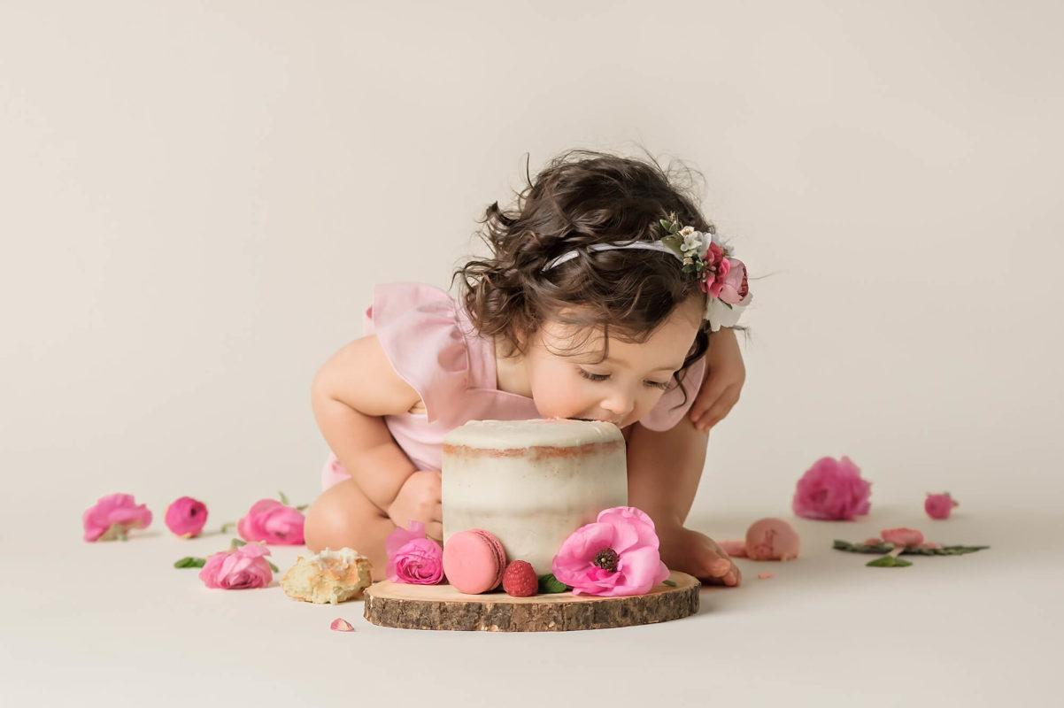 Girl cake smash by Eden Bao